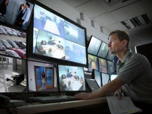 کنترل درب ورودی با استفاده از سیستم های امنیتی