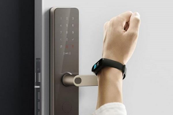 استفاده از ساعت هوشمند شیائومی برای باز نمودن درب ورودی
